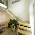 Treppe mit weißpulverbeschichteten Stahlwangen und Eichen Trittstufen