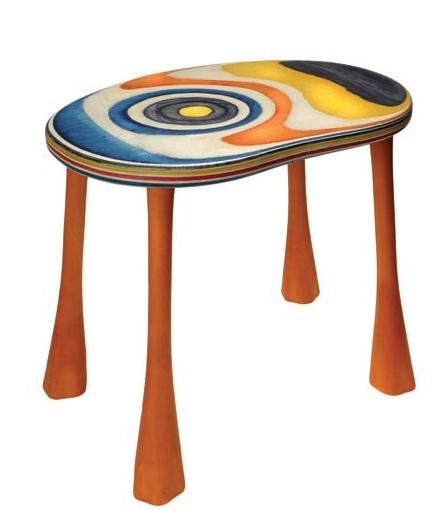 Kindertisch aus gefärbten Furnieren