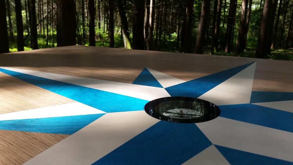 Kompass-Tisch von Kilian Haselberger aus gefärbten Furnieren
