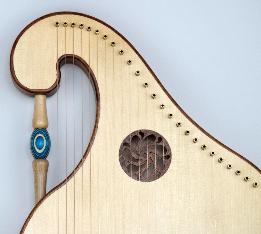 Tischharfe von Franz Bauer, Instrumentenbauer aus gefärbten Furnieren