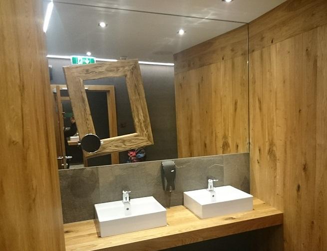 Rustikale Balkeneiche im Toilettenbereich