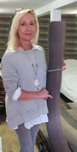 Bettina Hahn-Thiele präsentiert Mooreiche Furnier